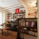 S邸・上品に味わい深く住まうの写真 カウンターキッチン本棚