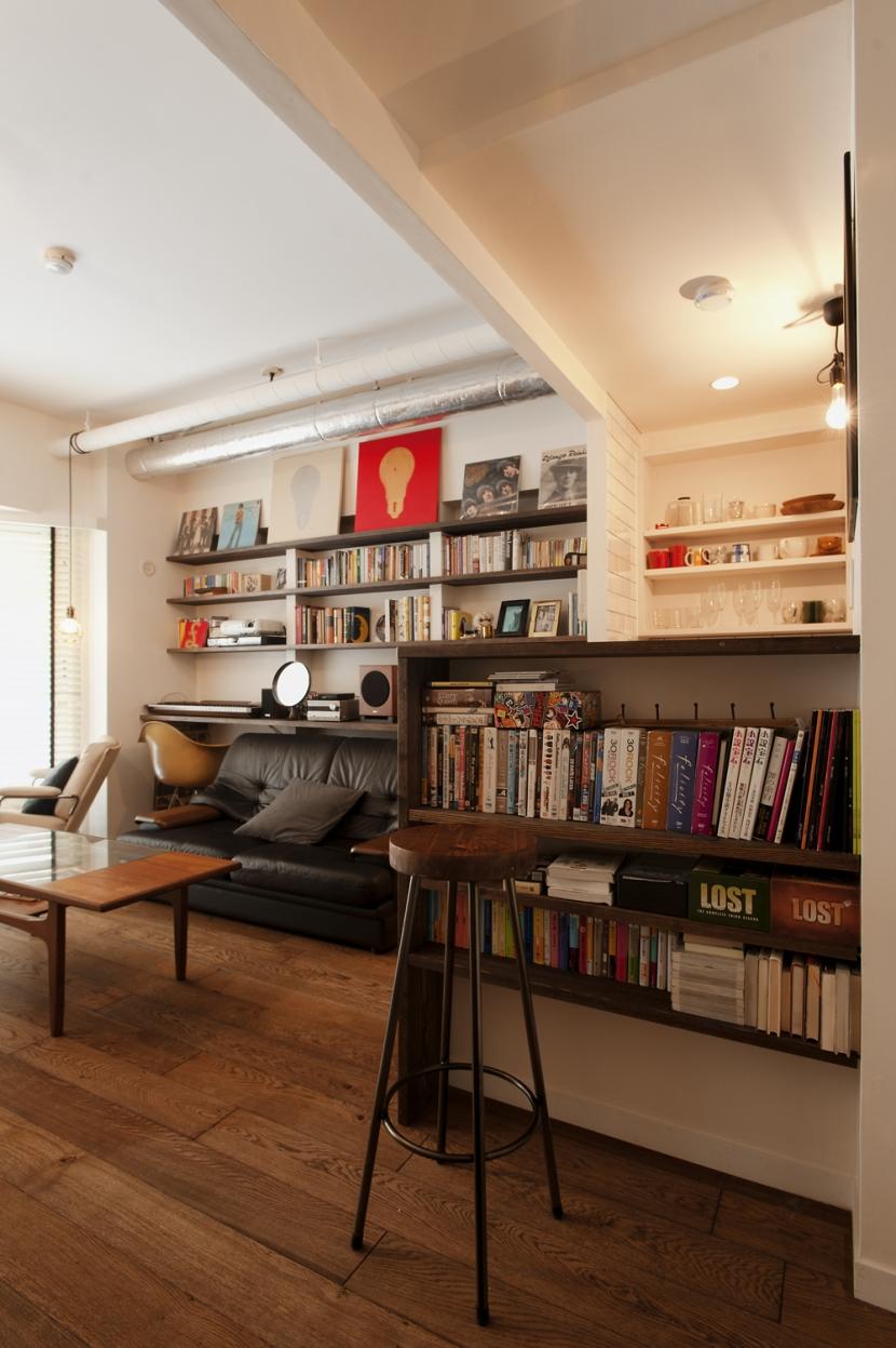 S邸・上品に味わい深く住まうの部屋 カウンターキッチン本棚