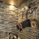 Y邸・自分たちの「好き」をカタチにした住まいの写真 ハンギング収納(キッチン)