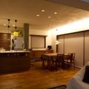 Y邸・自分たちの「好き」をカタチにした住まいの写真 (夜)LDK
