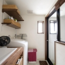 Y邸・自分たちの「好き」をカタチにした住まいの写真 洗面(バスルーム)