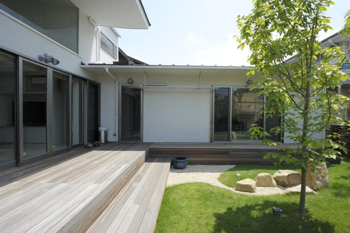 ひかりの架け橋(港南台の家)の部屋 ウッドデッキに面した庭の風景