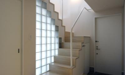 ひかりの架け橋 〜庭と、空と、家族と繋がる、エレガントなインテリア〜 (玄関ホールのガラスブロック壁と光の降り注ぐ階段)