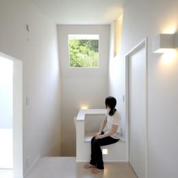 ひかりの架け橋(港南台の家) (階段室のハイサイドライトと造り付けのベンチ)
