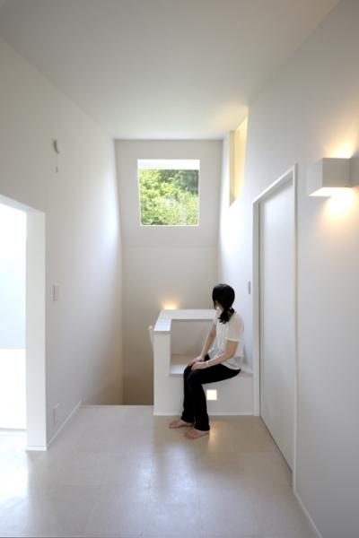 階段室のハイサイドライトと造り付けのベンチ (ひかりの架け橋 〜庭と、空と、家族と繋がる、エレガントなインテリア〜)