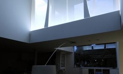 ひかりの架け橋 〜庭と、空と、家族と繋がる、エレガントなインテリア〜 (面発光アクリルの壁から柔らかな光を放つ空中廊下『ひかりの架け橋』)