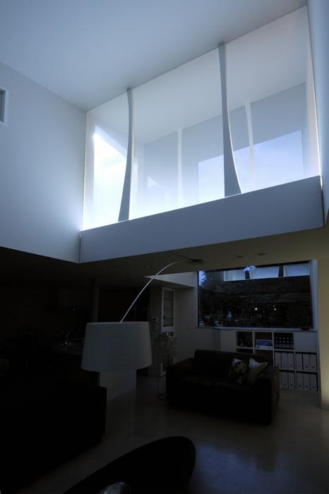 ひかりの架け橋(港南台の家)の写真 面発光アクリルの壁から柔らかな光を放つ空中廊下『ひかりの架け橋』