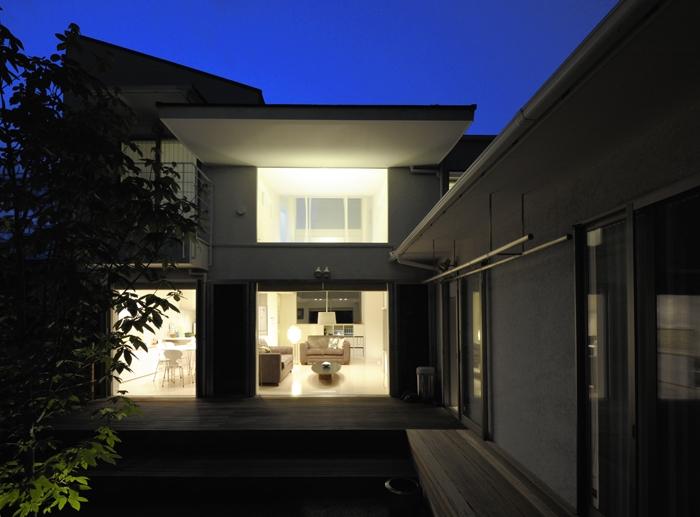ひかりの架け橋(港南台の家)の部屋 庭の夕景
