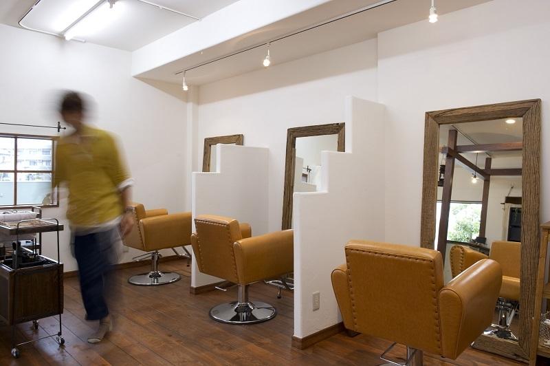 Cafeのようなヘアサロンの写真 自然素材の落ち着いた空間にカラーでアクセントを