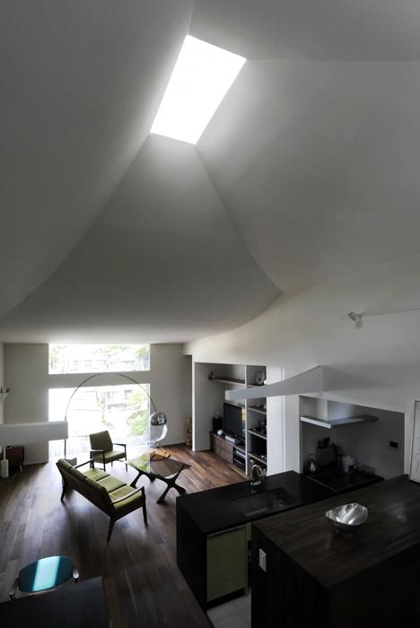 ひかりと雲の家 〜雲間から差し込むやわらかな光に満たされた安らぎの空間〜 (雲のような天井とトップライト2)