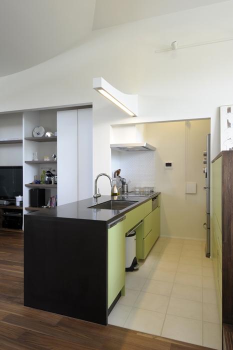 ひかりと雲の家 〜雲間から差し込むやわらかな光に満たされた安らぎの空間〜 (家具としてデザインされたキッチン1)
