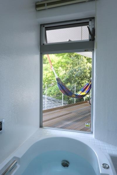 眺めの良いバスルーム (ひかりと雲の家 〜雲間から差し込むやわらかな光に満たされた安らぎの空間〜)