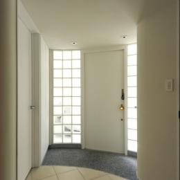 ガラスブロックに包まれた玄関ホール