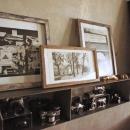 リビングの壁に飾られたアートとカメラ