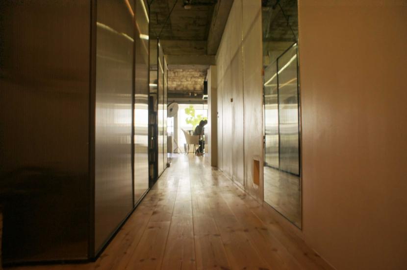 R306@渋谷 (玄関からリビングへ伸びる廊下)