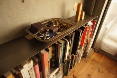 本棚とアンティークのステンレストレーのジュエリー入れ (R306@渋谷)