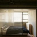 窓際に作られたベッドルーム