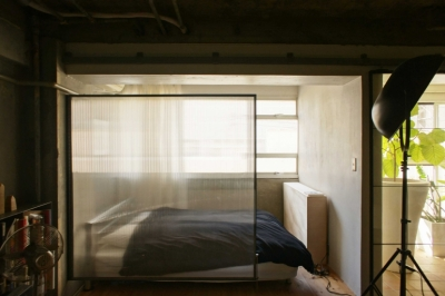 窓際に作られたベッドルーム (R306@渋谷)