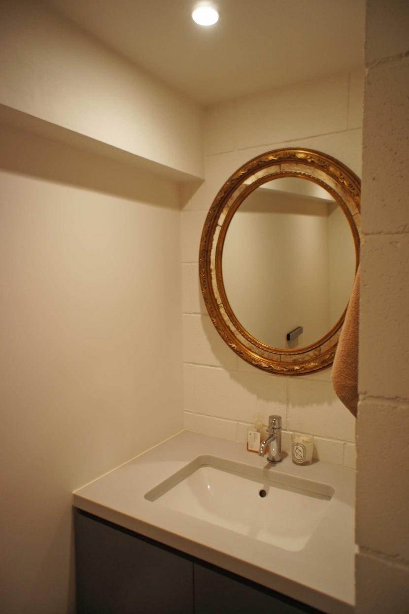 2LDKを1DLKに@港区の写真 トイレの中にも大きな洗面台。