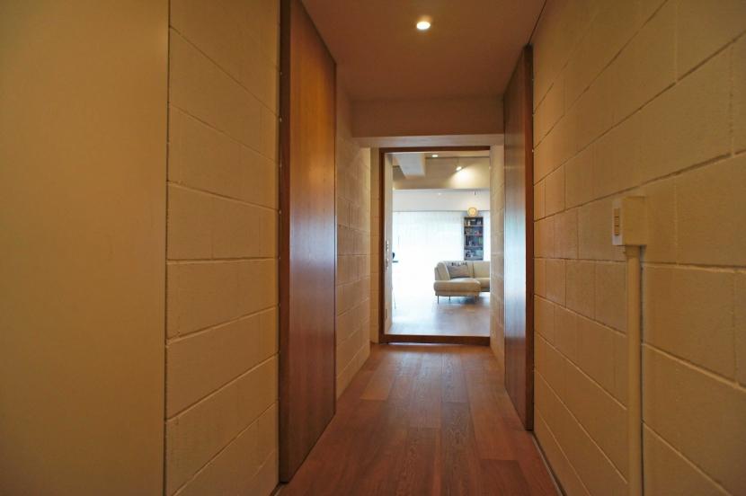 2LDKを1DLKに@港区の部屋 ガラス扉越しに光が入る廊下
