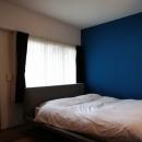 青い壁の寝室