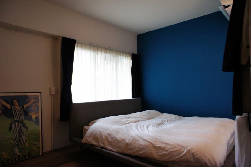 2LDKを1DLKに@港区の写真 青い壁の寝室