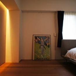 収納の壁に間接照明を仕込む