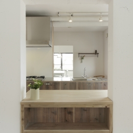 古江の家 (居室から見たキッチン)