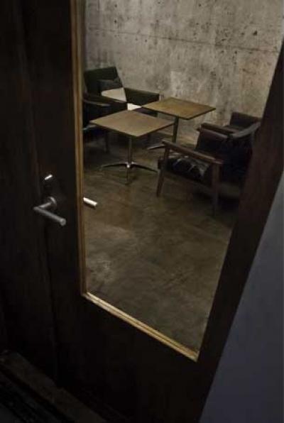 大きなテーブルのある空間 (ガラス扉から見る)