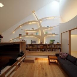 ふたつの木の家 〜常に家族を見守る2つのシンボルツリー〜-リビングの照明器具内蔵の本棚『知恵の木』