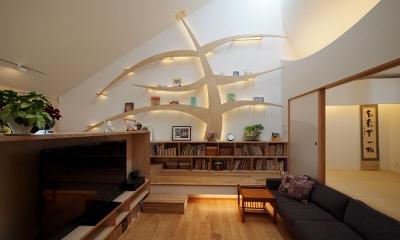 リビングの照明器具内蔵の本棚『知恵の木』|ふたつの木の家 〜常に家族を見守る2つのシンボルツリー〜