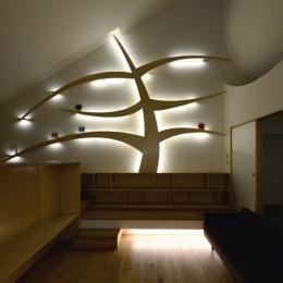 ふたつの木の家 〜常に家族を見守る2つのシンボルツリー〜 (光を放つ本棚『知恵の木』)