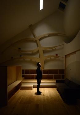 ふたつの木の家 (リビングの夜景)