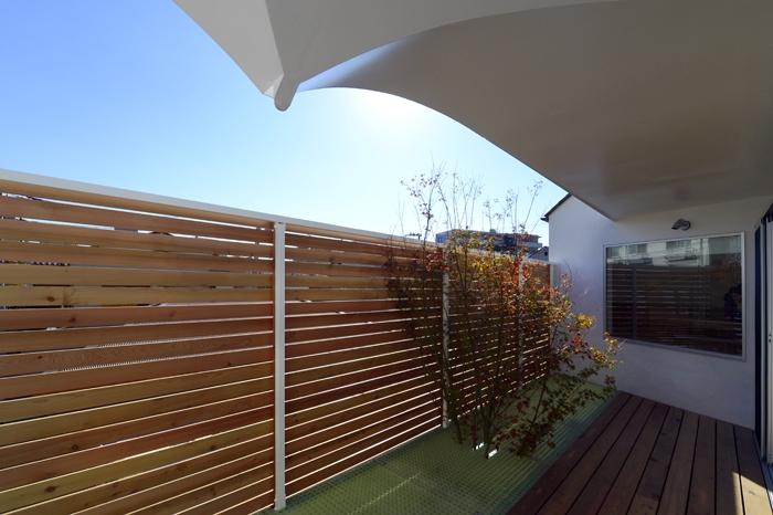 """ふたつの木の家の写真 """"空庭""""の『生命の木』とガーゴイル"""