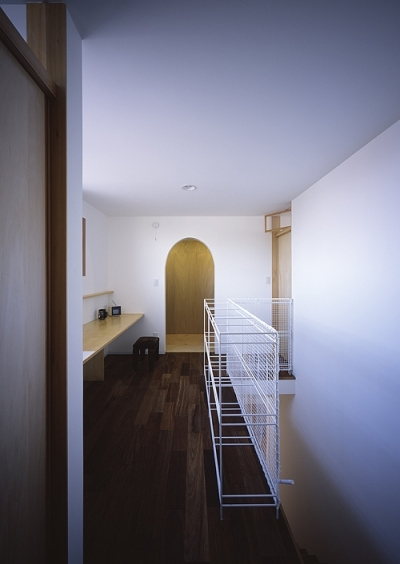 書斎コーナーがある階段室 (宇佐の家)
