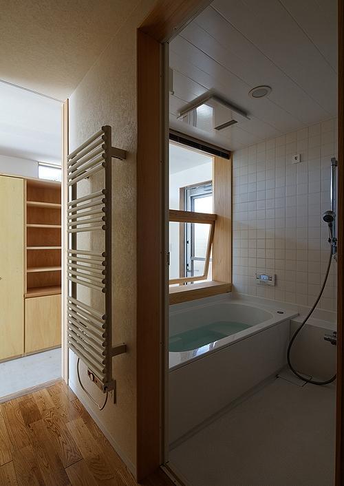 宇佐の家の写真 大きな窓がある浴室