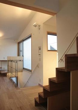 世田谷の家 (キッチンから階段を見る)