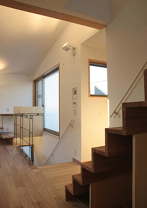 世田谷の家の部屋 キッチンから階段を見る