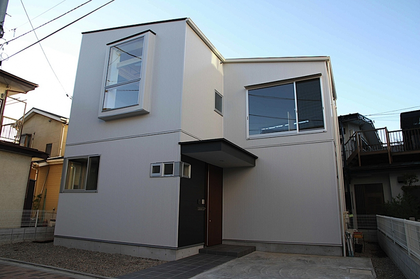 世田谷の家の部屋 木製サッシの出窓が印象的な外観