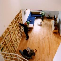 本棚に囲まれた一室空間の家 (本棚のある大きな空間)