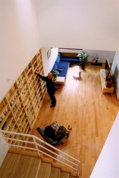 本棚のある大きな空間 (本棚に囲まれた一室空間の家)