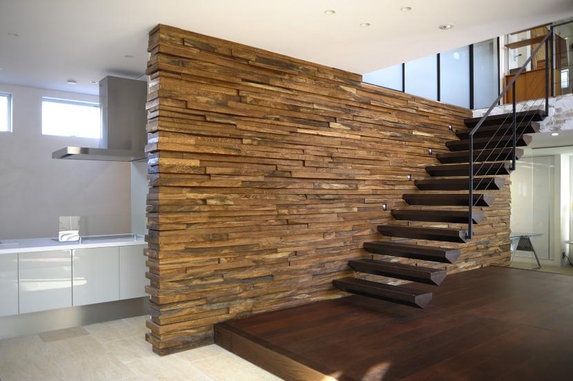 自然素材の家 駒沢モデル (エントランスと階段)