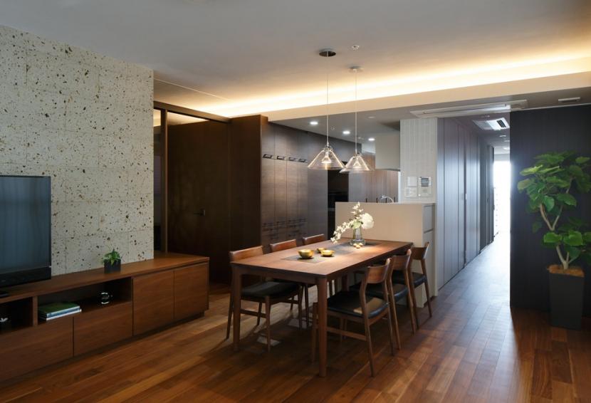 石と木がつくる趣の家 (ダイニング・キッチン)