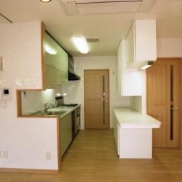 郊外型有床診療所OKD (居間・食堂と連続する厨房)