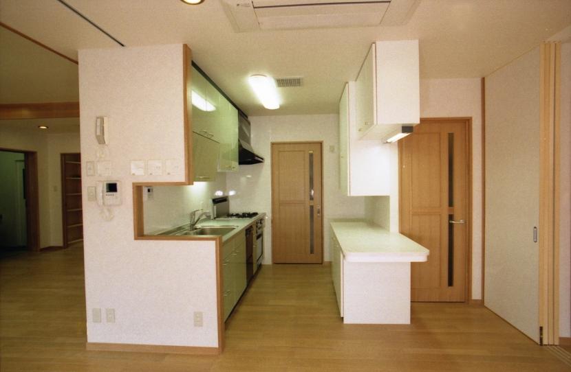 郊外型有床診療所OKDの写真 居間・食堂と連続する厨房