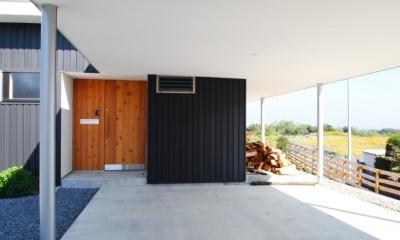 芝生デッキのある家|W HOUSE (カーポートテラス)