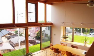 芝生デッキのある家|W HOUSE (2階リビング・芝生デッキ)