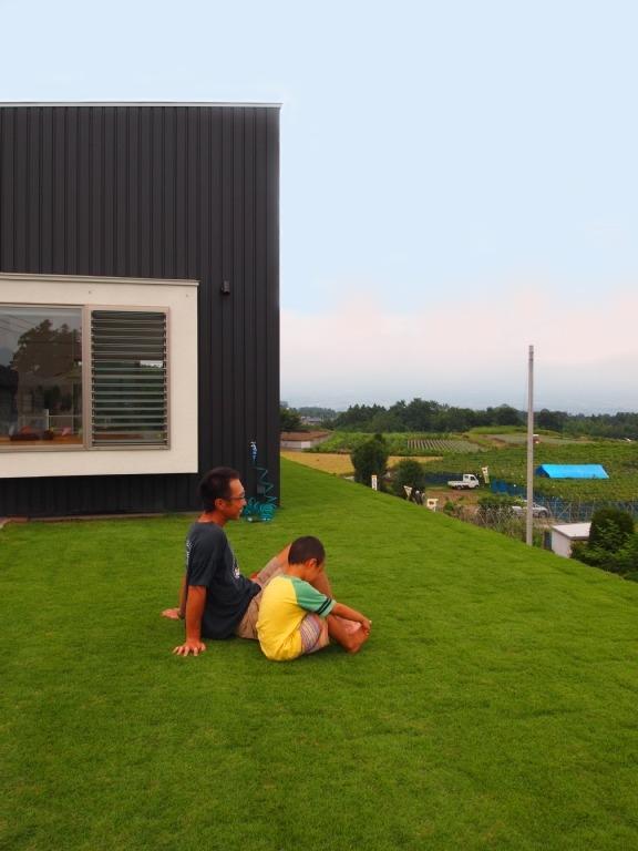 芝生デッキのある家|W HOUSE (芝生屋根は気持ちいい!)