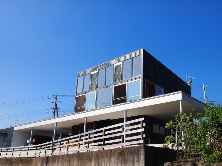 芝生デッキのある家|W HOUSE (外観-2)