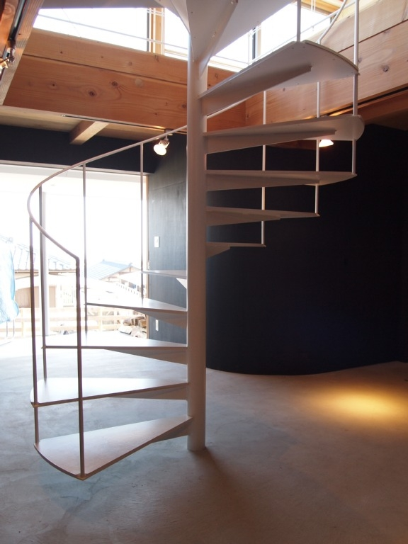 群馬県榛東村・芝屋根住宅-3|W HOUSEの部屋 土間の螺旋階段